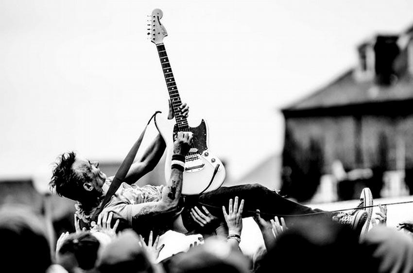 Apprendre-la-guitare-guitariste-porté-par-la-foule